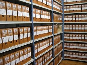 Документы фирмы сдают в архив